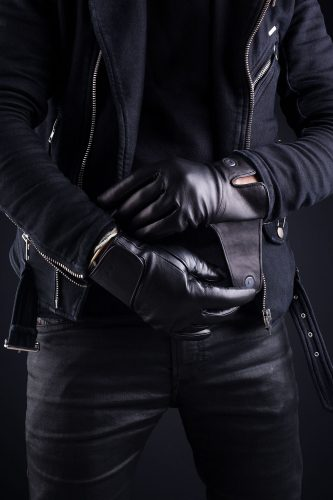 Leather-Touchscreen-Gloves-Lifestyle-001